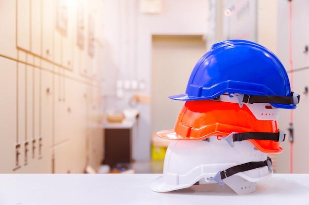 Standardkonstruktionssicherheitsausrüstung in der leitwarte, im bau- und sicherheitskonzept. Premium Fotos