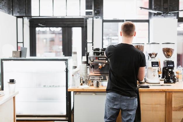 Stangenkonzept mit dem kellner, der kaffee macht Kostenlose Fotos