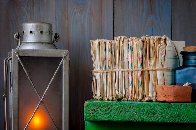 Stapel alter briefe mit einer lampe Premium Fotos