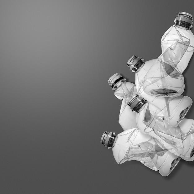 Stapel alter plastikflaschen mit kopierraum. kreativer konzepthintergrund für umweltschutz und plastikbewusstsein Premium Fotos
