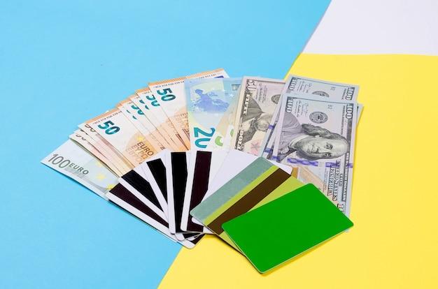 Stapel bankkarten und bargeldbanknoten Premium Fotos