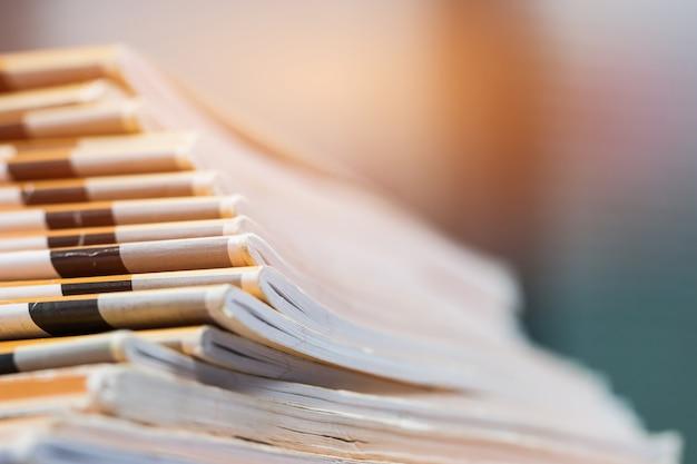 Stapel berichtspapierdokumente für geschäftsschreibtisch, geschäftspapiere für jahresberichtdateien Premium Fotos