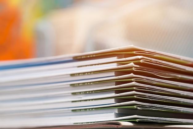 Stapel berichtspapierdokumente für geschäftsschreibtisch Premium Fotos