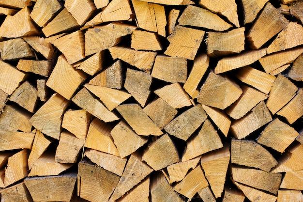 Stapel brennholz als hölzerner hintergrund Premium Fotos