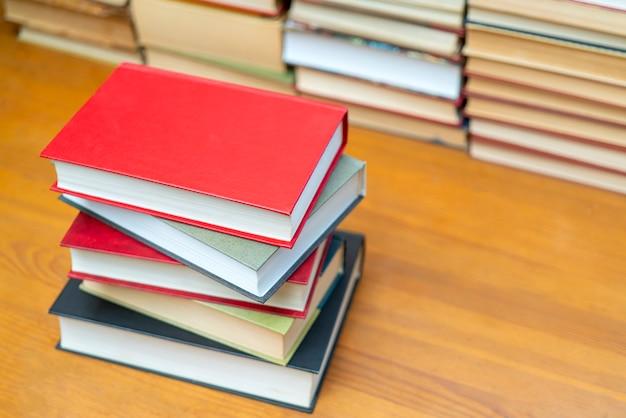 Stapel bücher in der bibliothek. symbol für wissen und lernen. Premium Fotos
