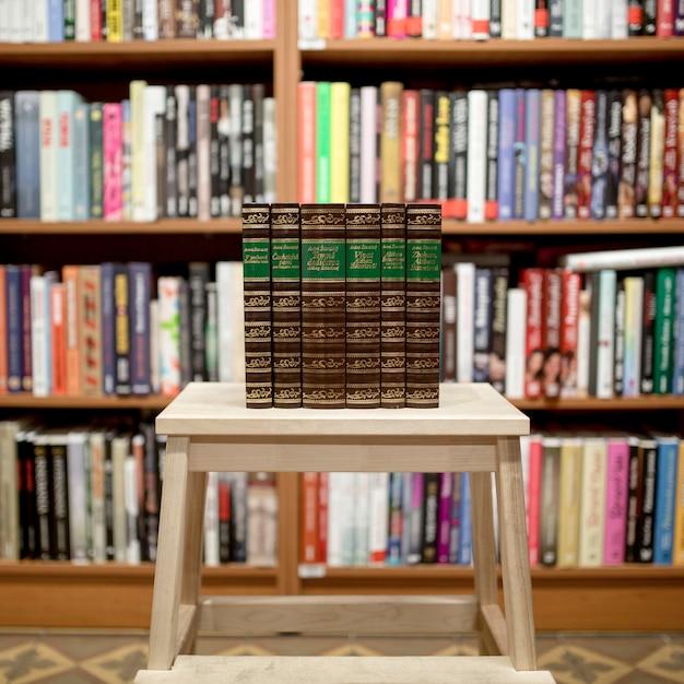 Stapel bücher in der bibliothek Kostenlose Fotos