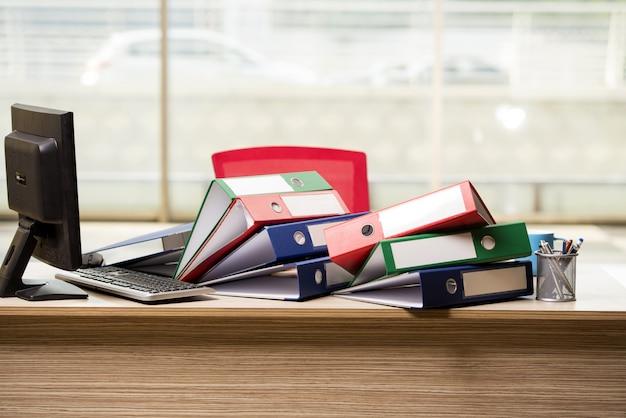 Stapel büromappen auf schreibtisch Premium Fotos