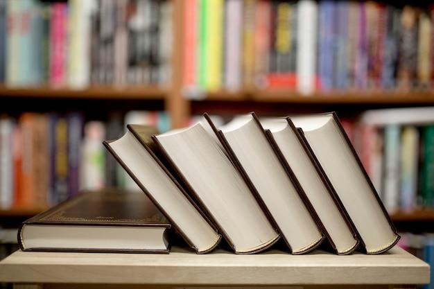 Stapel der Bücher, die in der Bibliothek liegen Kostenlose Fotos