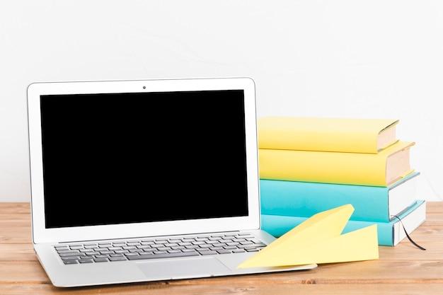 Stapel der bücher und des laptops auf tabelle Kostenlose Fotos