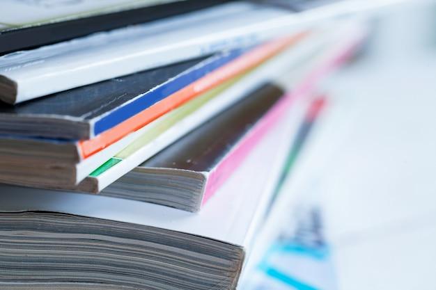Stapel der bunten zeitschriften auf einer tabelle Kostenlose Fotos