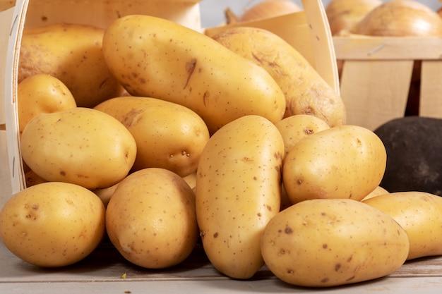 Stapel der köstlichen organischen kartoffeln Premium Fotos