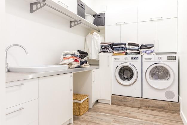 Stapel der sauberen kleidung im wäschereiraum Premium Fotos