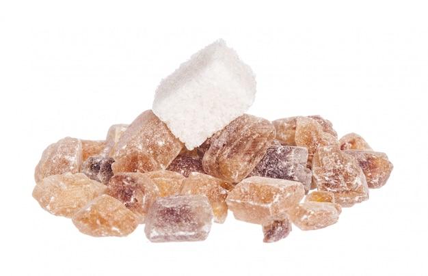 Stapel des braunen kristallzuckers auf weißem hintergrund Premium Fotos