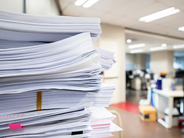 Stapel des dokuments auf dem tisch, geschäftskonzept Premium Fotos