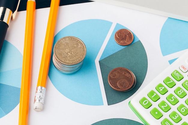 Stapel des geldes prägt mit millimeterpapier auf hölzerner tabelle, konzept im konto, finanzierung und wachstum des geschäfts Premium Fotos