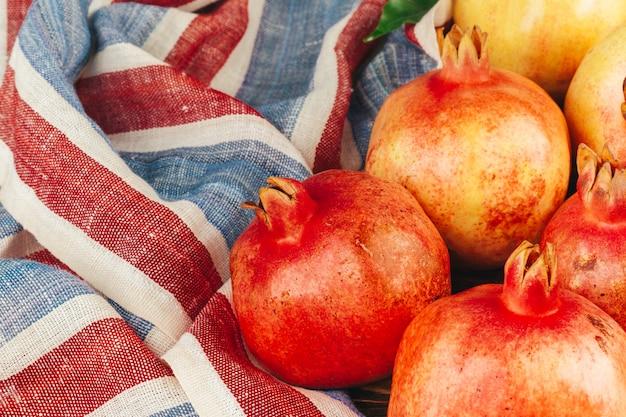 Stapel des reifen granatapfels auf hölzernem backgfround Premium Fotos