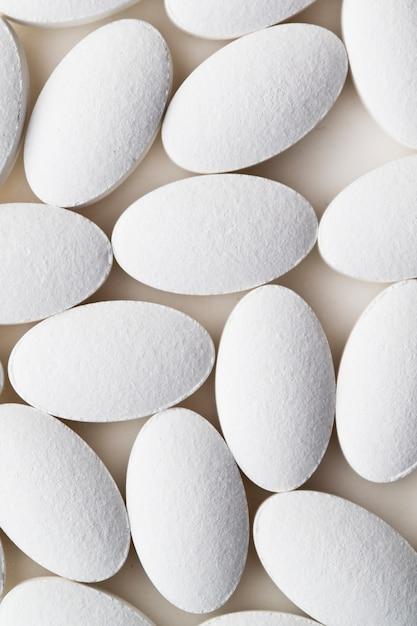 Stapel des weißen drogenpillenlegens Premium Fotos