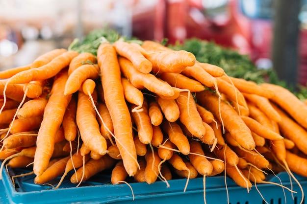 Stapel einer orange geernteten karotten im bauernhofmarkt Kostenlose Fotos