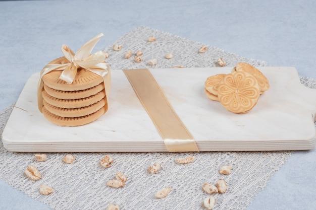 Stapel festlicher kekse und erdnüsse auf holzbrett. hochwertiges foto Kostenlose Fotos