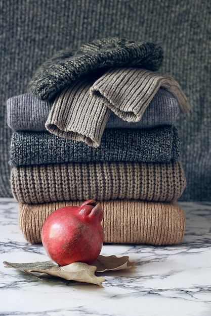 Stapel gemütliche gestrickte strickjacken. herbst-winter-konzept, strickpullis. haufen von gestrickten winterkleidung, pullover, strickwaren Kostenlose Fotos