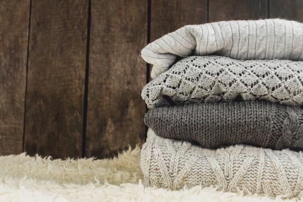 Stapel gemütliche gestrickte strickjacken Premium Fotos