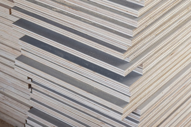 Stapel industrielles sperrholz im bau Premium Fotos