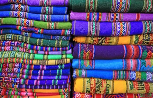 Stapel klare farbtraditionelle gesponnene gewebe, la paz, bolivien, südamerika Premium Fotos
