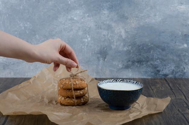 Stapel köstlicher kekse mit müsli und einer schüssel frischer milch. Kostenlose Fotos