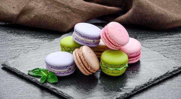 Stapel macarons, makronen französischer keks Premium Fotos