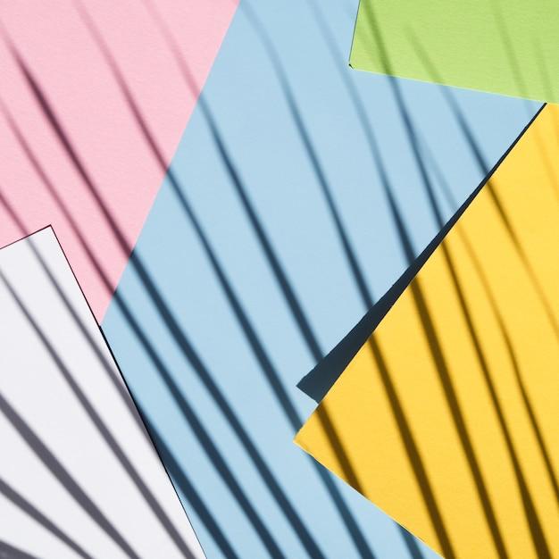 Stapel papier mit ficusschatten Kostenlose Fotos