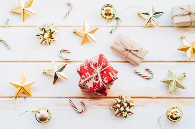 Stapel rote geschenkboxen mit verschiedenen weihnachtsspielwaren Kostenlose Fotos