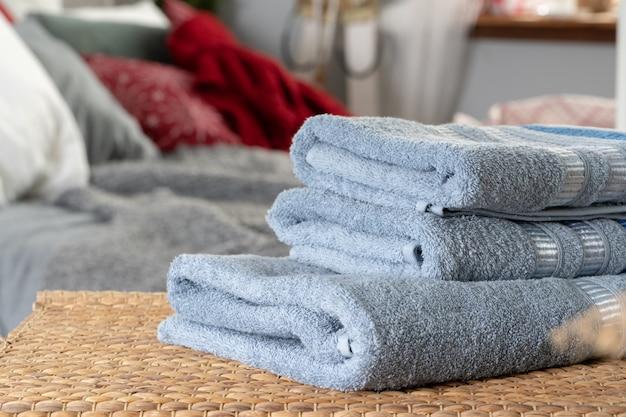 Stapel saubere tücher auf holztisch im schlafzimmer Premium Fotos