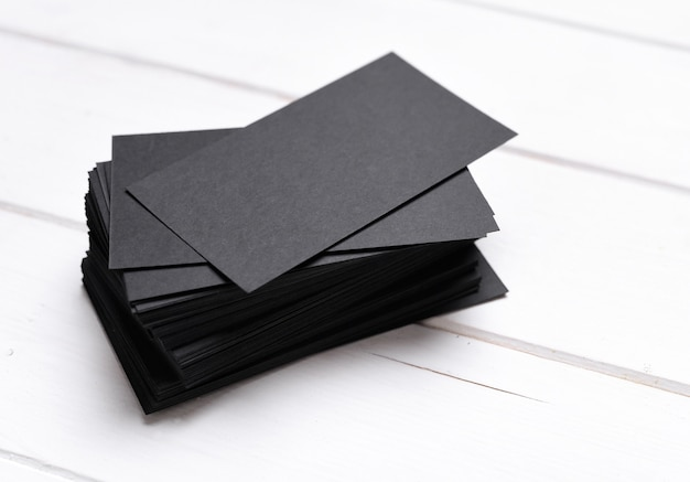 Stapel schwarze visitenkarten Premium Fotos