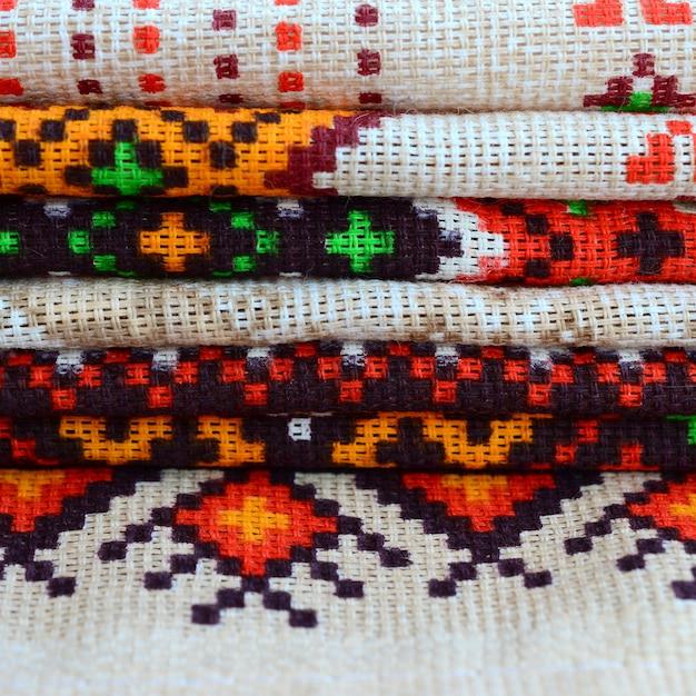 Stapel traditionelle ukrainische volkskunst strickte stickmuster auf textilgewebe Premium Fotos