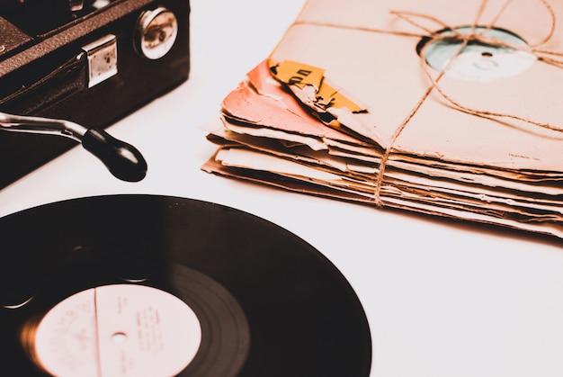 Stapel verkratzte staubige alte vinylaufzeichnungen gebunden mit seil Premium Fotos