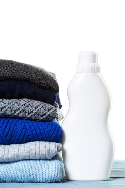 Stapel verschiedene strickjacken getrennt auf weiß Premium Fotos