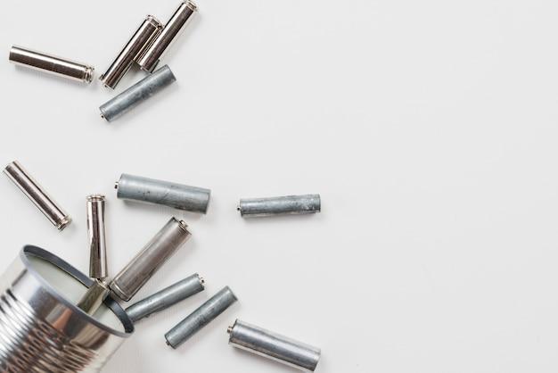 Stapel von batterien auf grauem hintergrund Kostenlose Fotos