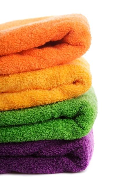 Stapel von bunten handtüchern lokalisiert auf weiß Premium Fotos