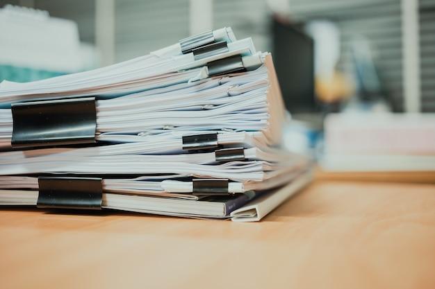 Stapel von dokumenten auf dem schreibtisch Premium Fotos