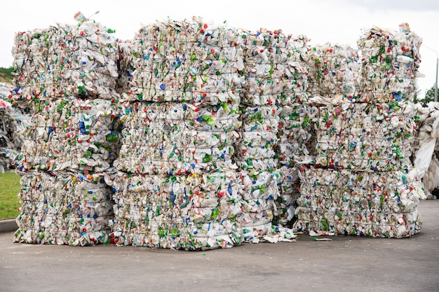 Stapel von gepressten weißen plastikflaschen in einer speicherbereinigungsanlage Premium Fotos