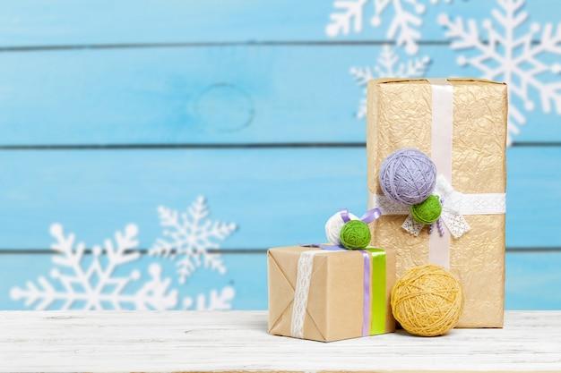 Stapel von geschenken auf der alten tabelle Premium Fotos