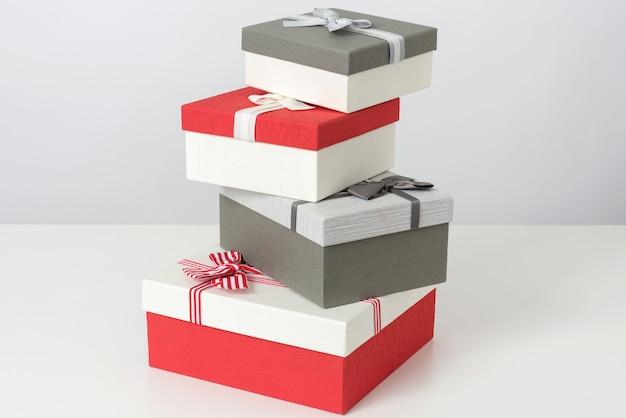 Stapel von grauen und roten geschenkboxen Premium Fotos