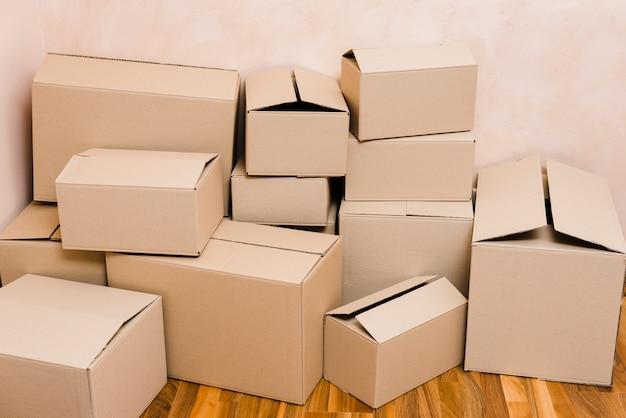 Stapel von kartons auf dem boden Kostenlose Fotos