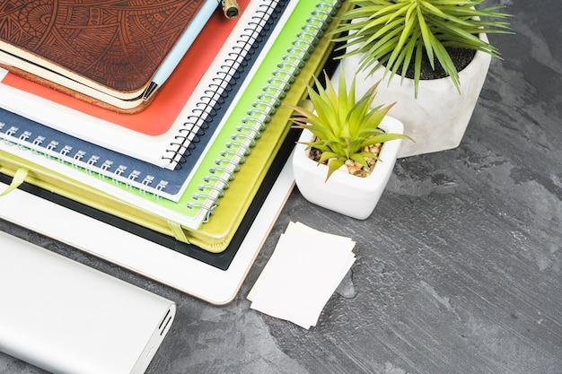 Stapel von notizbüchern auf schieferhintergrund Kostenlose Fotos