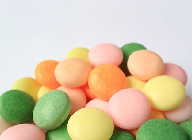 Stapel von oben herauf mehrfarbige runde süßigkeiten mit selektivem fokus Premium Fotos