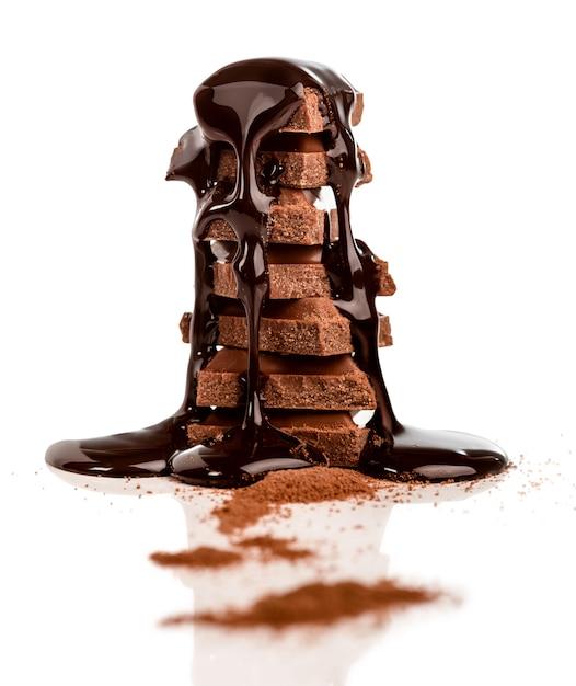 Stapel von schokoladenüberzug mit schokoladensirup Premium Fotos