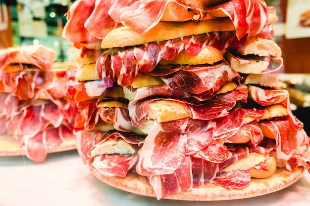 Stapel von serrano-schinkensandwiches, typisches spanisches sandwich, für touristen. Premium Fotos