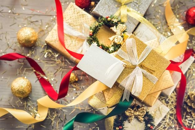 Stapel von weihnachtsgeschenkkästen eingewickelt mit funkelndem silber- und goldpapier Premium Fotos