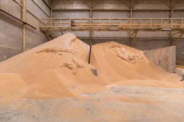 Stapel von weizenkleie, rohstofflagerung, lagerung von rohstoffen. futtermittelindustrie. Premium Fotos