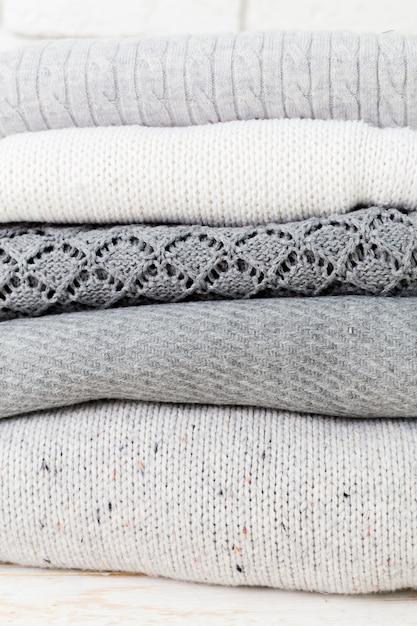 Stapel weiße gemütliche gestrickte strickjacken Premium Fotos